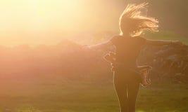La muchacha que salta para arriba Fotografía de archivo libre de regalías