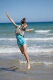 La muchacha que salta para la alegría Foto de archivo libre de regalías