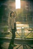 La muchacha que se coloca en el patio Imagen de archivo
