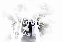 La muchacha que se coloca solamente en la oscuridad con el fondo de los árboles Imagen de archivo libre de regalías