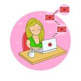 La muchacha que se sienta con un ordenador portátil en la tabla y consigue letras de amor V stock de ilustración
