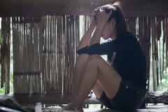 La muchacha que se sienta en la cabaña vieja Con la tensión, anti-trafficki imagen de archivo