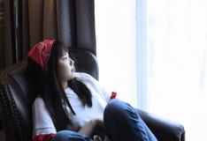 La muchacha que se sienta en distraído fotos de archivo libres de regalías