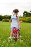 La muchacha que se sienta en la bicicleta. Imágenes de archivo libres de regalías