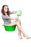 La muchacha que se sienta en un lavabo monta. Imagenes de archivo