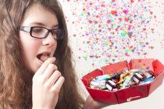 La muchacha quiere choclates Imagen de archivo libre de regalías