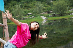 La muchacha quiere a volar en el río Imagenes de archivo