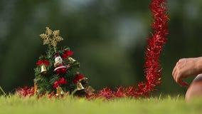 La muchacha quita la guirnalda del árbol de navidad metrajes