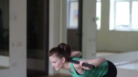 La muchacha realiza ejercicios con un palo de escoba metrajes