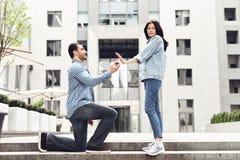 La muchacha rechaza al muchacho en la propuesta de matrimonio Imagen de archivo