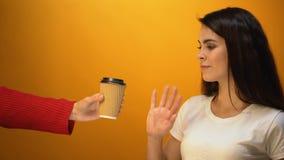 La muchacha rechaza de la taza disponible a favor del termo reutilizable, contaminación plástica almacen de metraje de vídeo