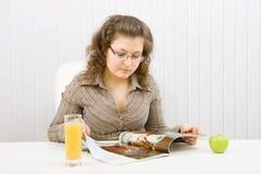La muchacha rechoncha lee un compartimiento de manera Fotos de archivo