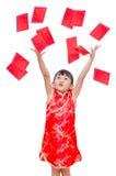 La muchacha recibe el dinero rojo del paquete desde arriba imágenes de archivo libres de regalías