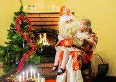 La muchacha recibe un regalo de Santa Claus Edad 5 años Foto de archivo libre de regalías