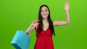 La muchacha recibió un regalo, lo abre y disfruta Pantalla verde Cámara lenta almacen de metraje de vídeo