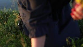 La muchacha recoge las flores en la orilla del río en una mañana de niebla almacen de metraje de vídeo