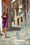 La muchacha recorre calle de Portugal Fotos de archivo