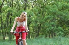 La muchacha relaja biking imagenes de archivo