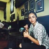 La muchacha relaja el café de Coffe que despierta concepto Foto de archivo