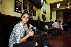 La muchacha relaja el café del café que despierta concepto Imagen de archivo