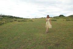 La muchacha relajarse en la montaña foto de archivo libre de regalías