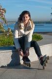 La muchacha resuelta pone pcteres de ruedas Imágenes de archivo libres de regalías