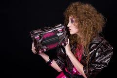 La muchacha retra con el bolso tiene gusto de la radio Fotografía de archivo