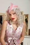 La muchacha retra linda en años '50 se viste y sombrero Fotos de archivo