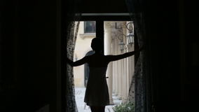 La muchacha rica hermosa despierta y hacia fuera en la yarda para un poco de aire fresco secuencia almacen de metraje de vídeo
