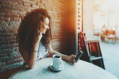 La muchacha rizada está haciendo el selfie en café Fotos de archivo