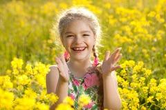 La muchacha rubia aplaude sus manos Fotos de archivo libres de regalías
