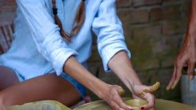 La muchacha rubia aprende hacer el pote de arcilla en taller de la cerámica almacen de video