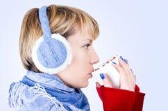 La muchacha rubia bebe un té. La imagen tiene camino de recortes. Fotos de archivo libres de regalías