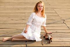 La muchacha rubia con un violín al aire libre Imágenes de archivo libres de regalías