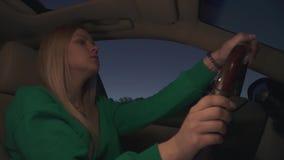 La muchacha rubia conduce el coche almacen de video
