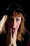 La muchacha rubia deforme la cara con sus propias manos Imagen de archivo libre de regalías