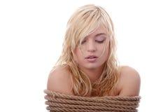 La muchacha rubia hermosa atada con la cuerda Imagenes de archivo