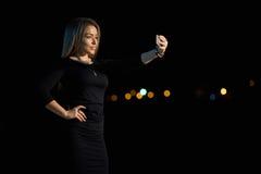 La muchacha rubia hermosa ATRACTIVA hace selfi fotografía de archivo libre de regalías