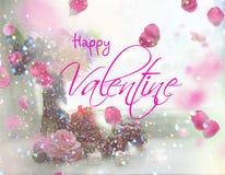 La muchacha rubia hermosa, con la flor en manos, envía el beso Imagen de archivo libre de regalías