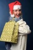 La muchacha rubia hermosa en invierno arropa, sombrero de santa Fotos de archivo libres de regalías