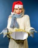 La muchacha rubia hermosa en invierno arropa, sombrero de santa Imagenes de archivo