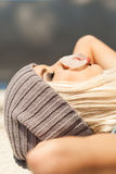 La muchacha rubia hermosa en sombrero de la gorrita tejida con el ojo del smokey compone quién Imágenes de archivo libres de regalías