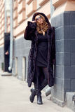 La muchacha rubia hermosa está encendido en un abrigo de pieles Foto de archivo