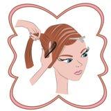 La muchacha rubia hermosa hace su pelo Foto de archivo libre de regalías