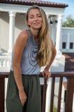 La muchacha rubia hermosa que presenta en la calle en ropa de moda Fotografía de archivo libre de regalías