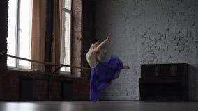 La muchacha rubia hermosa salta y hace la desviación en la cámara lenta almacen de metraje de vídeo