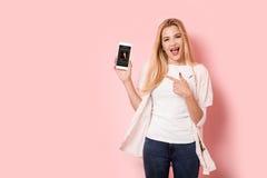 La muchacha rubia joven es entusiasta Imagenes de archivo