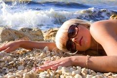 La muchacha rubia joven sexual en una playa Imagen de archivo libre de regalías