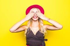 La muchacha rubia sonriente linda feliz hermosa de la mujer en verano colorido casual del amarillo del inconformista viste con lo Imagen de archivo libre de regalías