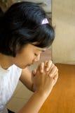 La muchacha ruega en iglesia Imagenes de archivo